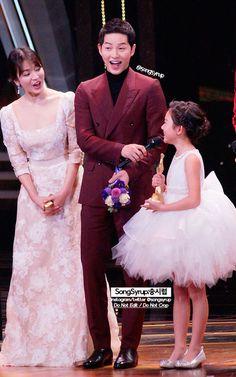 Song Hye-kyo and Song Joong-ki Korean Celebrities, Korean Actors, Celebs, Drama Korea, Korean Drama, Girl Photo Poses, Girl Photos, Descendants Of The Sun Wallpaper, Song Hye Kyo Style