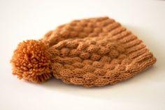 Hunajanvärinen kuplaneulepipo 7 Veljestä -langasta valmistuu nopeasti sukkapuikoilla. Sisältää ilmaisen ohjeen! Knitting Charts, Knitting Socks, Knitted Hats, Baby Hats, Mittens, Needlework, Knit Crochet, Beanie, Pattern