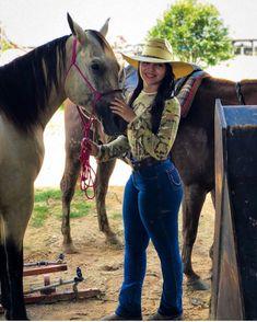 "Mulher De Chapéu on Instagram: ""Foto da @dany__teixeira com seu chapéu! #MulherDeChapeu #Chapeu #Cowgirl #Botina #Mulher #Rodeio #FestaDoPeao #Mato #VidaNoCampo #Simples…"" Sexy Cowgirl Outfits, Rodeo Outfits, Cute Outfits, Hot Country Girls, Country Girls Outfits, Vaquera Sexy, Estilo Cowgirl, Bad Boy Style, Rodeo Girls"