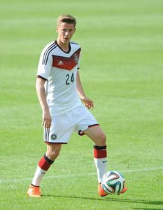 Erik Durm. Okay, I fully supported the German team even before I even knew this guy existed but now I just have even more reason to support it. HOW CAN ONE PERSON CONTAIN SO MUCH BEAUTY?!