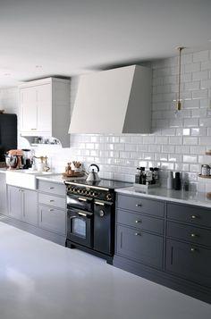 Who wouldn't want their morning coffee at this kitchen 💙🙌🏼😍 Cred: 👈🏼 Home Decor Kitchen, Kitchen Interior, Home Kitchens, Kitchen Design, Gally Kitchen, Kitchen Corner, Kitchen Splashback Tiles, Kitchen Cabinets, Kitchen Stories