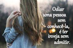 Odiar uma pessoa sem conhecê-la, é ter inveja sem admitir. (Frases para Face)