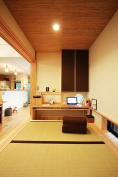 畳コーナーは小上がりにして下を収納に。パソコンをしたり読書をしたり、奥様の憩いのスペースです。 Small Apartments, Small Spaces, Low Ceiling Basement, Tatami Room, My Dream Home, New Homes, Living Room, Interior Design, House