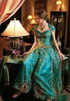 Welcoming the screening of Aladdin, we have rounded up 49 Princess Jasmine Costume Ideas for you. Princess Jasmine's costume is one of the favorites for women for Disney-themed events because… Jasmine And Aladdin Costume, Aladdin Fancy Dress, Jasmine Halloween Costume, Princess Jasmine Cosplay, Arabian Princess Costume, Diy Princess Costume, Disney Princess Dresses, Disney Dresses, Disney Princesses
