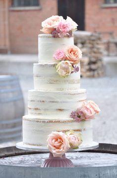 Semi-naked wedding cake  Sieht gut aus, denke das ist aber eher unpraktisch da wir verschieden teig und creme farben drunter haben