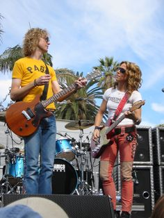 Sheryl Crow at The Grove of Los Angeles, California in 2002, with guitarist Peter Stroud