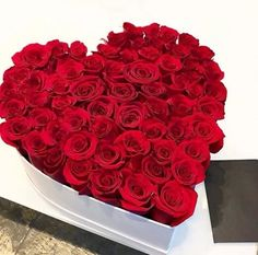 Looking for valentine's day flower delivery in Melbourne! Send some hand delivered valentine's day flowers, best rose arrangements to your loved ones from Melbourne Fresh Flowers - expert florist to prepare your order. Chocolate Flowers Bouquet, Red Rose Bouquet, Bouquet Flowers, Flower Box Gift, Flower Boxes, Beautiful Red Roses, Beautiful Flowers, Rose Bouquet Valentines, Luxury Flowers