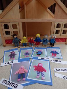 Een prachtig leermiddel bij het thema 'Ik en mijn familie' is een (houten) poppenhuis, natuurlijk voorzien van een heuse familie die in dit huis woont. Diy And Crafts, Arts And Crafts, Family Theme, Keurig, Diy For Kids, Nespresso, Toy Chest, Toddler Bed, Penguins