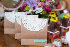 Decoração de Chá de Panela - Bruna e Gustavo - Vida de Casada Retro Housewife, Place Cards, Container, Gift Wrapping, Place Card Holders, Table Decorations, Party, Gifts, Wedding