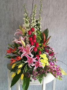 Surtido Exótico Especial  $1,390.00  Diseño floral en base tradicional jumbo con rosas, tulipanes, orquídeas dendrobium y flor surtida de temporada.  Es importante hacerle saber, que
