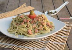 Pasta salmone e pesto di olive e capperi ricetta per un primo piatto facilissimo da preparare, veloce, saporito con salmone affumicato.