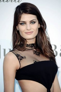 Isabeli Fontana wear a lovely black lace cut out gown!