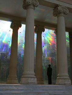 スペインの首都、マドリードのブエン・レティーロ公園内にあるスケルトン宮殿「クリスタルパレス」をご存知でしょうか?ガラスに反射した光が宮殿を虹色に照らす神秘的な宮殿です。マドリードに観光に行った際は1度は訪れてみたい、神秘の空間をご紹介します。