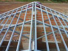 Estrutura metálica para telhado: telhado de estrutura metálica em casa de alvenaria Steel Trusses, Roof Trusses, Metal Stud Framing, Balcony Grill Design, Roof Truss Design, Civil Engineering Design, Door Gate Design, Roof Installation, Roof Detail