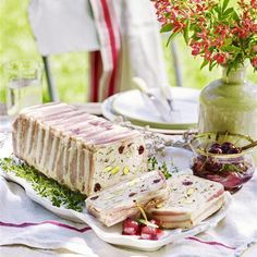 Make a christmas terrine recipe with this easy chicken terrine idea. Serve your chicken cranberry terrine recipe with a Christmas feast. Pate Recipes, Cooking Recipes, Terrine Recipes, Duck Recipes, Savoury Recipes, Chicken Recipes For Kids, Healthy Chicken Recipes, Chicken Terrine, Gastronomia