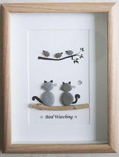 C'est un beau petit galet Art encadré photo de 2 chats je regarde les oiseaux - observation des oiseaux fait à la main par mes soins à l'aide de galets et bois flotté Taille de l'image y compris cadre : environ 22 cm x 17 cm « Cette photo est terminé et disponible uniquement comme