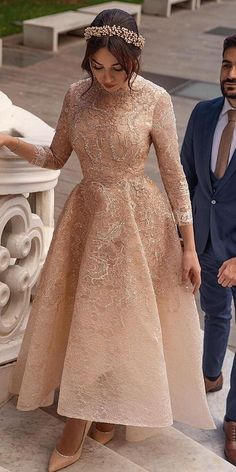 One of the hottest trends spotted at both New York Bridal Fashion Week and Barcelona Bridal Fashion Week this year is high low wedding dresses. Modest Dresses, Ball Dresses, Elegant Dresses, Pretty Dresses, Vintage Dresses, Beautiful Dresses, Ball Gowns, Bridal Dresses, Dresses For Hijab