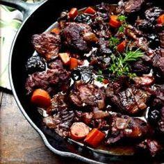 Aprende a preparar estofado de Jabalí con esta rica y fácil receta. Como en cualquier receta de caza, es conveniente esperar unos días después de la muerte del...
