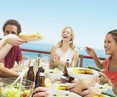 導讀:每到年底的時候,各種聚會和餐敘開始變得越來越多。減肥的MM面對紛至遝來的邀請開始發愁,一不小心自己的成果就會付諸東流。其實,只要掌握好一些聚餐的知識,即使海吃海喝,也能讓你保持好身材。相關知識下面一起來瞭解。