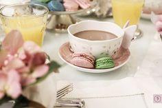 Branco e rosa seco foram os tons escolhidos para uma tarde de meninas.  O destaque da mesa foi a delicadeza da louça Butterfly da Lenox. É impossível não se apaixonar pelos detalhes maravilhosos das xícaras de chá, do prato de bolo, do bule, do açucareiro, dos saleiro e pimenteiro e dos pratos. Tudo em absoluta harmonia.