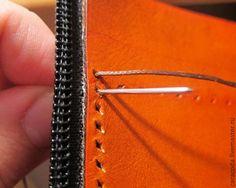 Седельный шов является практически самым крепким швом, используемым для прошива кожи. Называется 'седельный', потому что этим швом прошивают лошадиные седла и сбрую, для которых крепкий и надежный шов это часто жизненно важный вопрос. Я взяла картинку из книги чтобы показать разницу между машинным швом и седельным. При прошиве машинкой верхняя и нижняя нитка переплетаются внутри кожи и возвращаются каждая на свою сторону.