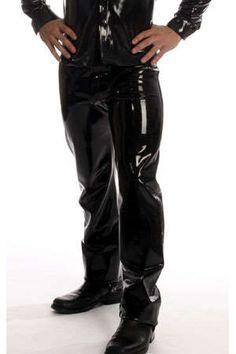 Jean en latex moulant et sensuel : il peut se porter pour aller au travail ou en soirée.