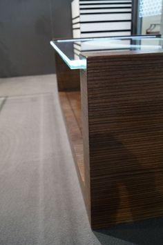 MODERNÍ SKLENĚNÝ STOLEK TB-06 | SZKLO-LUX Jaroslaw Fronczak | Processing and wholesale of glass - Deska je vyrobena z bezpečnostního skla VSG 8.8.2 Diamant (optiwhite), síla 16 mm, fazetované hrany, ve skle je umístěná rytina. Nohy byly vyrobeny z MDF desky s přírodní dýhou. Gravure Laser, Glass Furniture, Modern Glass, Glass Table, Tables, Home, Design, Luxury, Mesas