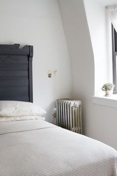14 Genius Tips for Living in a Small Space Home Decor Bedroom, Living Room Decor, Bedroom Ideas, Dream Bedroom, Master Bedroom, Pillos, Appartement Design, Tiny Spaces, Do It Yourself Home