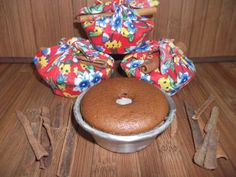 Lembrancices (Elo7) - Mini bolo caseiro diversos sabores (laranja, chocolate, limão, coco, aipim, etc). Acondicionado na própria forminha de alumínio em que foi assado. Embalado em tecido, acompanha canela em pau como enfeite. Acompanha tag personalizado. Uma charmosa e original lembrancinha para qualquer ocasião. Pedido mínimo: 35 unidades R$ 4,80