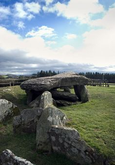 Arthur's Stone, neolithic chamber tomb with capstone between Golden (Dore) Valley + Wye Valley Bredwardine, Herefordshire Ancient Mysteries, Ancient Ruins, Ancient History, Cairns, Roi Arthur, King Arthur, Herefordshire, British Isles, Archaeology