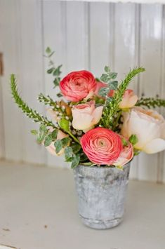 Wedding Flowers Shabby Chic Inspired Pail Rose Vases - Summer table decoration ideas will help you to create some whimsical, elegant, and fun summer table decorations. Find the best designs! Small Flower Arrangements, Small Flowers, Fresh Flowers, Beautiful Flowers, Colorful Roses, Flowers Nature, Purple Flowers, Summer Table Decorations, Decoration Table