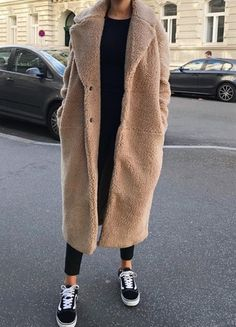 25 Ways To Wear Teddy Coat For Fashion Outfits - - Black sweater + tight pants + brown teddy coat + vans. Source by mangellipodevin Mode Outfits, Winter Outfits, Fashion Outfits, Fashion Clothes, Stylish Outfits, Sneakers Fashion, Dress Outfits, Fashion Tips, Fashion Mode