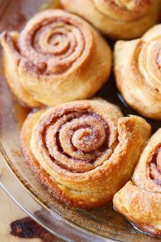 Easy Cinnamon Rolls — This is the BEST cinnamon roll recipe. So easy because they're made with crescent rolls! Plus this homemade cinnamon roll icing is to die for! Just Desserts, Delicious Desserts, Dessert Recipes, Yummy Food, Cinnamon Bun Recipe, Cinnamon Rolls, Comme Un Chef, Oreo Fudge, Finger Food