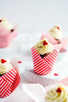 Ridiculously moist, irresistibly cute beet red velvet cupcakes recipe with cream cheese frosting Fondant Cupcakes, Fun Cupcakes, Cupcake Cakes, Swirl Cupcakes, Wedding Cupcakes, Red Velvet Cupcakes, Cupcake Photography, Food Photography, Red Velvet Recipes