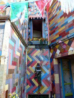 Vila de Santa Fé, cidade toda revestida de lata sob o comando do artista plástico Raimundo Rodriguez, para a novela Meu Pedacinho de Chão
