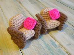 Crocheted Dolls House Furniture - Free Armchair Pattern and Video Tutorial http://happyberrycrochet.blogspot.de/2014/02/crocheted-dolls-house-furniture.html