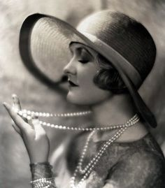 1920s pearls & hat. <3
