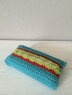 crochet pattern tutorial Kleenex tissue holder for small packs of tissues. Translation bar on her website for English. Bag Crochet, Crochet Stitches, Knitting Patterns, Crochet Patterns, Single Crochet Stitch, Learn How To Knit, Knitted Bags, Tissue Boxes, Diy Gifts