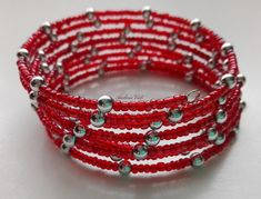 Piros kása és nagyobb, ezüst színű gyöngyből memóriadrótra fűzött karkötő.