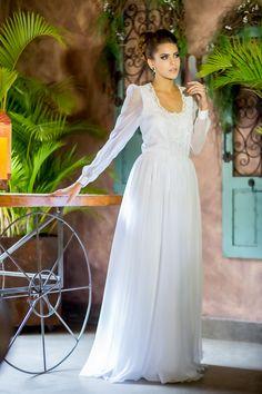Discreto, elegante, único..A leve transparência e a renda proporcionam a dose certa de romantismo e suavidade a este vestido clássico.