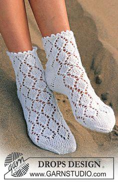 DROPS Sokker med hullmønster i Camelia Gratis oppskrifter fra DROPS Design. Knitted Socks Free Pattern, Crochet Slippers, Knitting Patterns Free, Knit Crochet, Crochet Patterns, Drops Design, Lace Knitting, Knitting Stitches, Knitting Socks