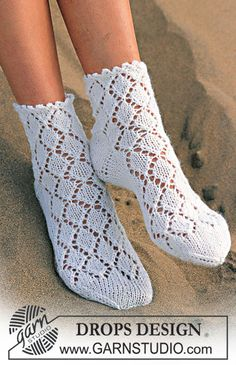"DROPS sokker med hulmønster i ""Camelia"" ~ DROPS Design"