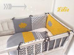 SUR COMMANDE / Tour de lit, gigoteuse 6/12 mois Tons jaune et gris, motifs étoiles, nuage et chevrons