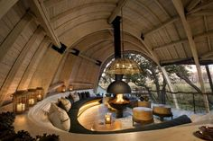 Michaelis Boyd has worked together with local architect Nick Plewman, to design Sandibe Okavango, a sustainable safari lodge in Botswana. The architect's description The lodge is sensitively designed to blend in with the surrounding landscape [. Interior Design Magazine, Wc Decoration, Art Decor, Soho Farmhouse, Vogue Living, Design Hotel, Loft Design, Lodges, Best Hotels