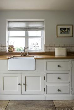 English Oak and simple cabinety in this Classic Middleton Kitchen Home Decor Kitchen, New Kitchen, Home Kitchens, Country Kitchen Tiles, Tuscan Kitchens, Country Kitchens, Kitchen Paint, Luxury Kitchens, Classic Kitchen