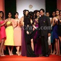 Nargis Fakhri Suffers Wardrobe Malfunction At Bridal Fashion Week | StarsCraze
