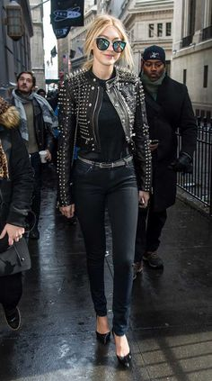 50 of Gigi Hadid's Best Outfits That You Can Totally Wear Right Now: The only thing that distinguishes Gigi Hadid the Street Style Star from Gigi Hadid the Supermodel is whether or not there's a runway underneath her. Gigi Hadid Outfits, Gigi Hadid Style, Gigi Hadid Casual, Star Fashion, Look Fashion, Winter Fashion, Looks Jeans, Fall Trends, Kind Mode