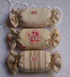on en mangerait! Lavender Bags, Lavender Sachets, Burlap Lace, Burlap Flowers, Fabric Bags, Fabric Scraps, Little Bag, Cotton Bag, Sewing For Kids