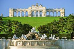 Veľká Glorietta - v popredí Neptúnova fontána, za ňou začínajú cestičky stúpať ku Gloriettu