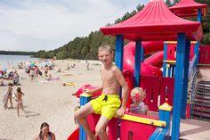 Spelen in de speeltuin aan het strandbad. Park, Public Bathing, Parks